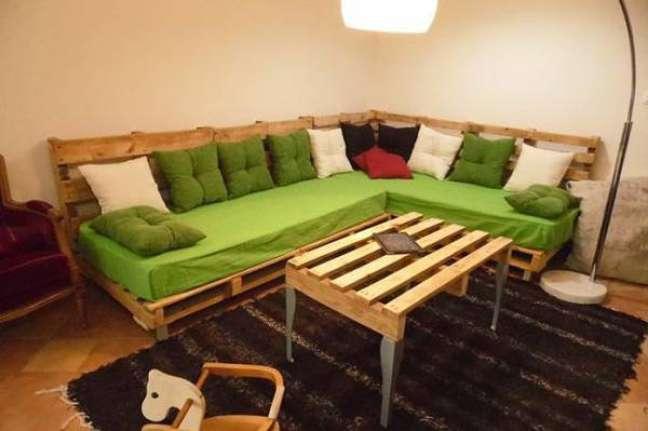 38. Sofá de palete em L com colchões como assento