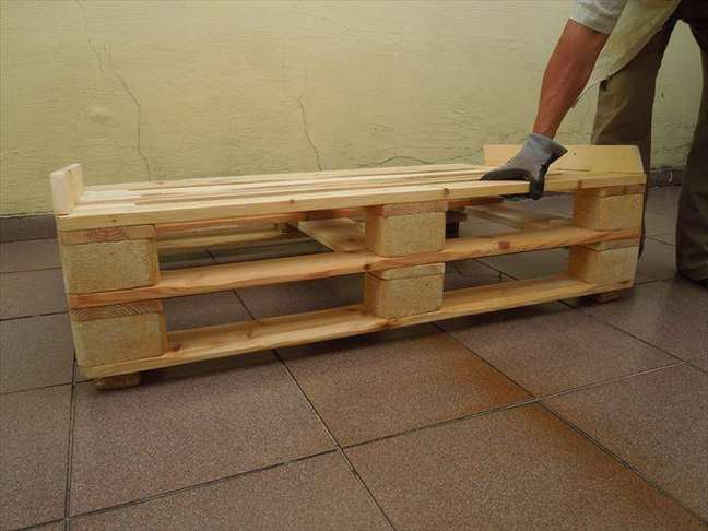 5. Proteja as laterais do sofá de palete para que as almofadas não saiam do lugar