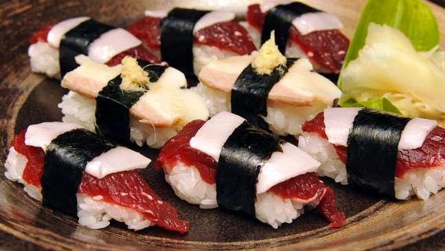 """O Japão não esconde o fato de que a carne das baleias mortas pra sua """"pesquisa científica"""" acaba sendo vendida para consumo"""