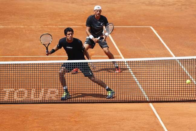 Marcelo Melo e Lukasz Kubot em ação no grand slam de Roland Garros, em Paris.