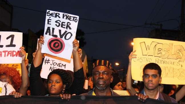 Protesto contra homicídio de jovens negros no Brasil; entre negros, o risco de morrer assassinado é muito maior que entre brancos.