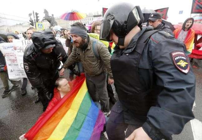 Grupo denunciará casais do mesmo sexo que se beijarem, abraçarem ou andarem de mãos dadas à polícia russa
