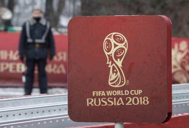 Placa com logo da Copa do Mundo da Rússia perto do Kremlin, em Moscou  29/11/2017 REUTERS/Sergei Karpukhin