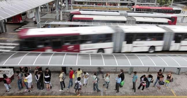 Passageiros fazem fila em terminal de ônibus em São Paulo