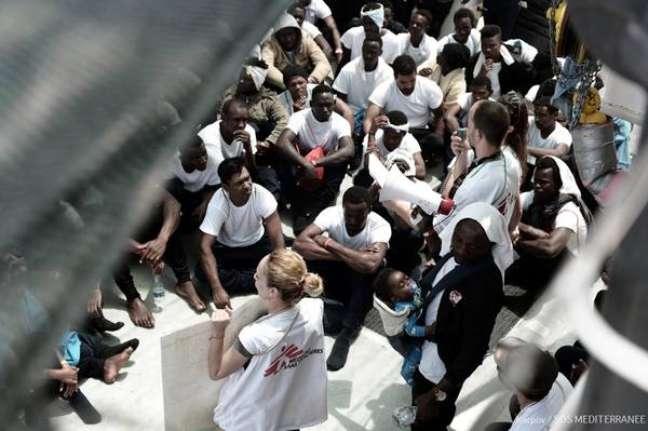 Imagem das pessoas a bordo do navio Aquarius