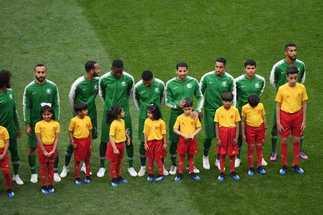 Time da Arábia Saudita se alinha para escutar o hino nacional antes do jogo de abertura da Copa do Mundo contra a Rússia