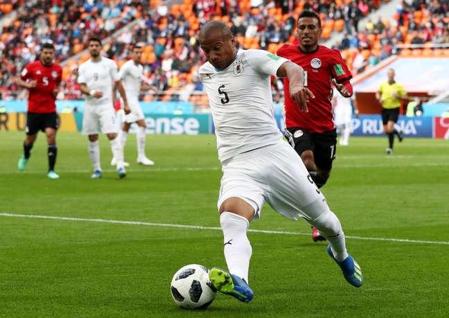 Uruguaio Nanez conduz bola seguido de perto pelo adversário Trezeguet