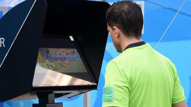O árbitro Andrés Cunha revisa as imagens para mudar sua decisão