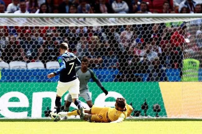 A jogada de outro ângulo - quem pensa que o árbitro errou diz que não dá para perceber 100% que houve contato na jogada