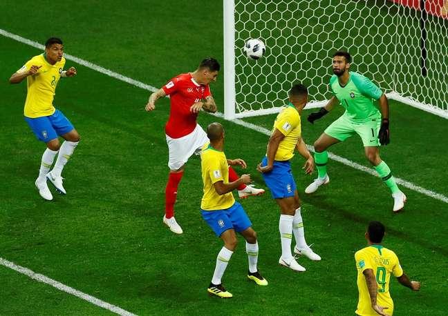 Zuber toca em Miranda e cabeceia para marcar o gol da Suíça no empate contra o Brasil