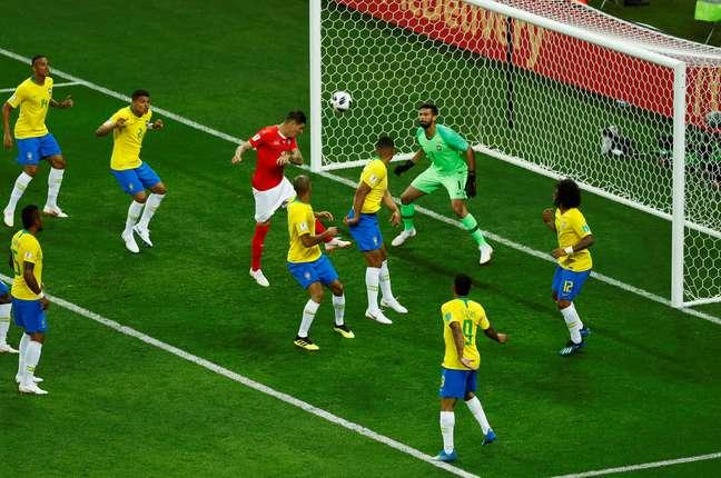 Zuber empurra Miranda e cabeceia para fazer o gol de empate da Suíça contra o Brasil