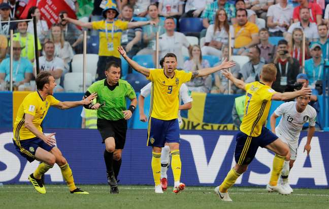 Jogadores suecos reclamam de pênalti não marcado pelo árbitro