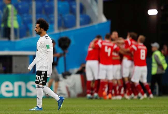 Salah lamenta enquanto time da Rússia comemora