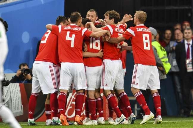 Russos comemoram gol sobre o Egito