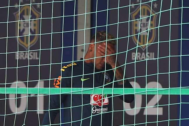 Neymar deixa o treino da Seleção com dores em Sochi