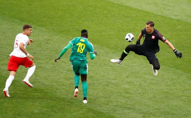 Niang ganha na velocidade, antecipa o goleiro Szczesny e faz o segundo gol de Senegal