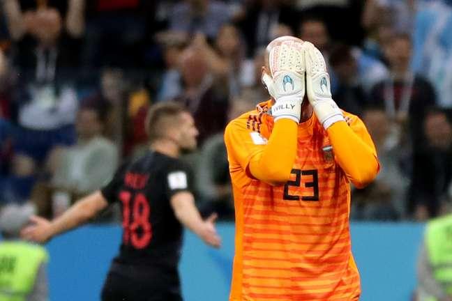 Goleiro Caballero lamenta gol sofrido pela Argentina