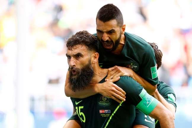 Jedinak comemora seu gol de pênalti pela Austrália contra a Dinamarca