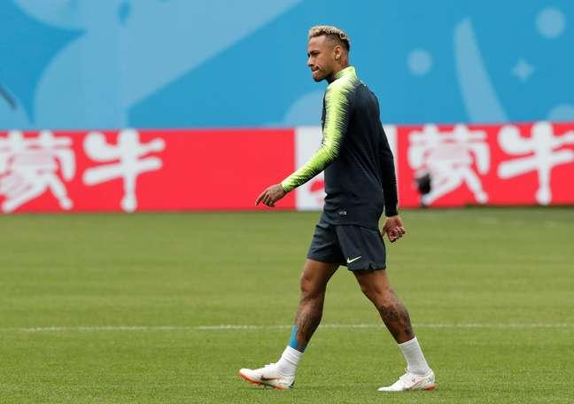 Neymar caminha em campo durante treino da Seleção Brasileira