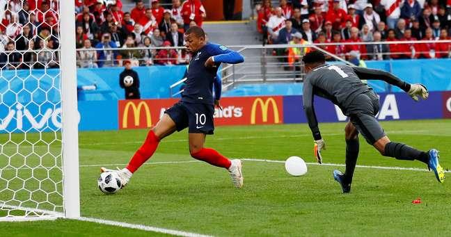 Mbappé apenas empurra a bola para o primeiro gol da França em Ecaterimburgo contra o Peru