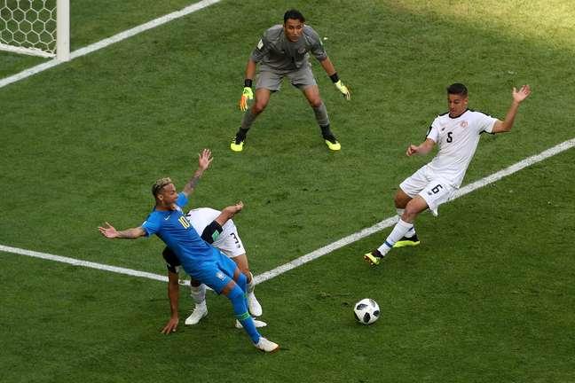 Neymar pede pênalti após sofrer contato na área