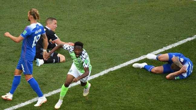 Musa comemora o primeiro gol da Nigéria contra a Islândia (Foto: PHILIPPE DESMAZES / AFP)