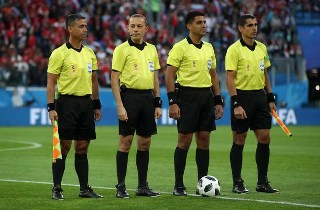 A equipe de arbitragem do jogo entre Rússia e Egito, comandada pelo árbitro Enrique Caceres
