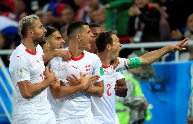 Granit Xhaka, da seleção da Suíça, comemora gol marcado contra a Sérvia na Copa do Mundo