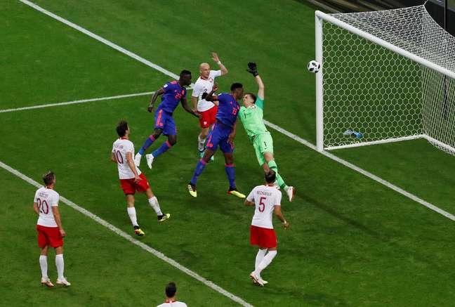 Mina recebe o cruzamento de James Rodriguez e cabeceia para o fundo do gol