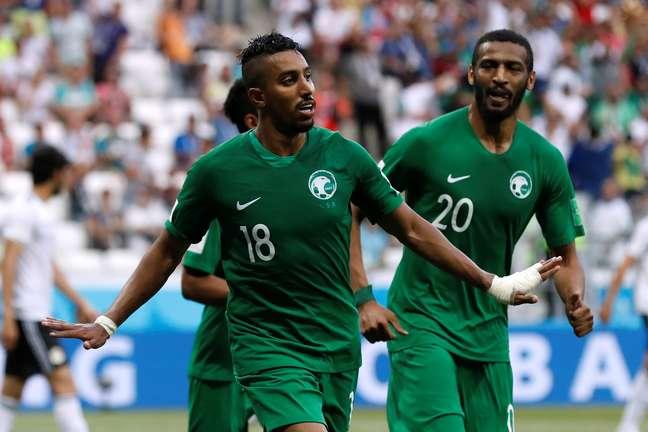O atacante saudita Al-Dawsari comemora o seu gol contra o Egito, tento que selou a vitória da Arábia Saudita no jogo