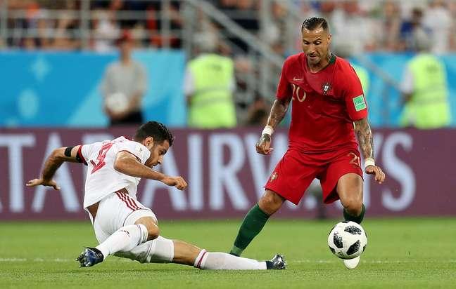 Quaresma disputa a bola com Pouraliganji