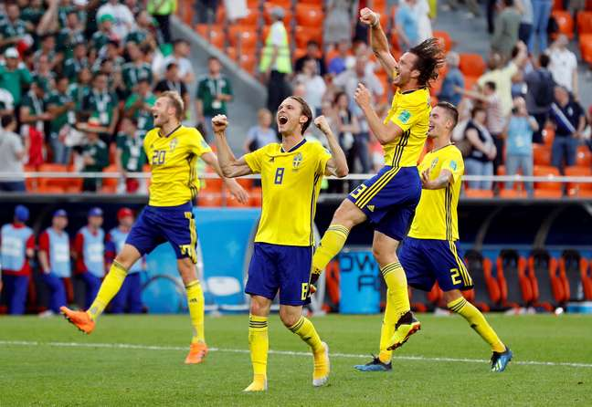 Jogadores da Suécia comemoram o resultado de 3 a 0 para cima do México e a vaga para as oitavas de final
