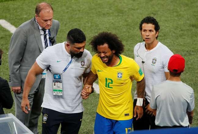 Marcelo sente lesão aos 8 minutos do primeiro tempo e sai do jogo
