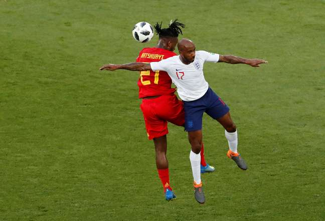 Batshuayi e Delph disputam a bola