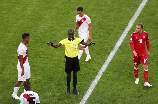 Juiz Bakary Gassama faz o gesto do VAR durante a partida entre Peru e Dinamarca