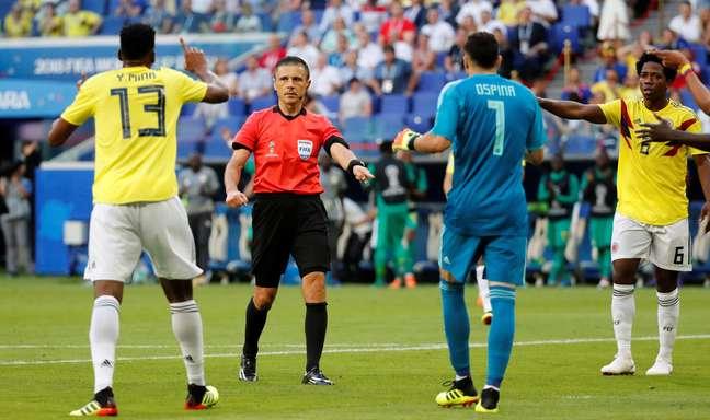 Árbitro marcou e depois cancelou pênalti para Senegal contra a Colômbia