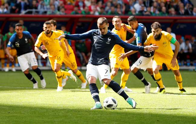 Griezmann cobra pênalti marcado pelo VAR no jogo entre França e Austrália