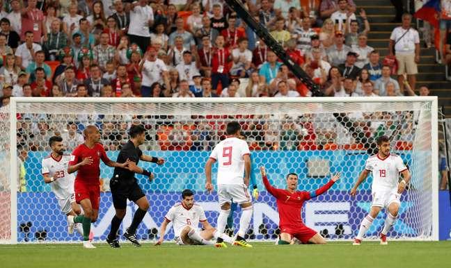 Cristiano Ronaldo reclama de pênalti não marcado pelo juiz, mas depois dado pelo VAR