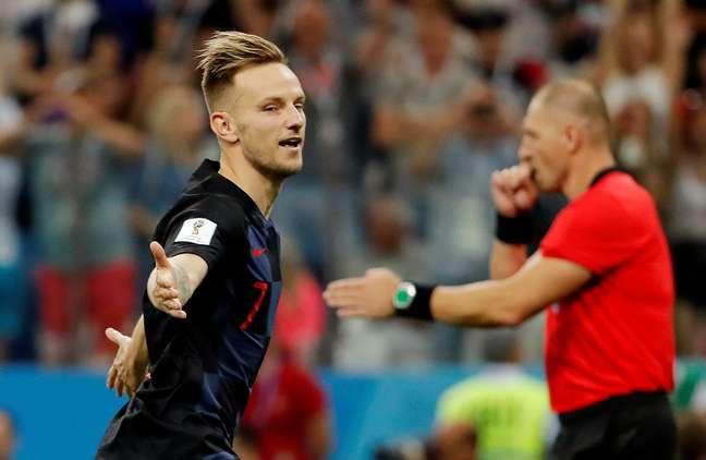 Rakitic converte pênalti e garante classificação croata