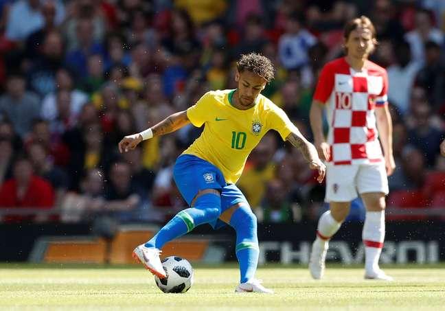 Neymar é observado por Modric em amistoso pouco antes do início da Copa do Mundo