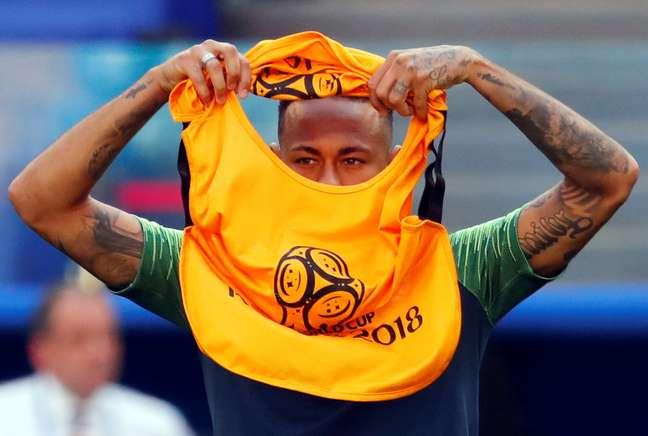 Neymar veste colete em treino da seleção