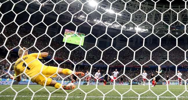 Kasper Schmeichel se atira para defender pênalti de Luka Modric, na prorrogação