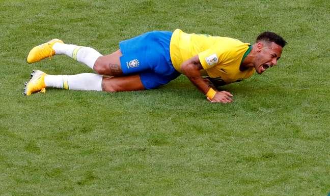 Neymar caído durante vitória que colocou o Brasil nas quartas