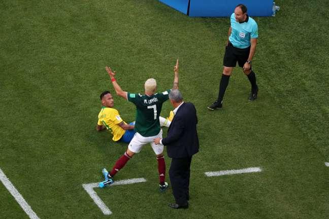 Layún rebate críticas a pisão em tornozelo de Neymar