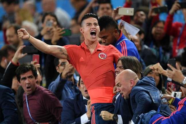 James Rodriguez, que não ficou no banco colombiano, comemorou o gol na arquibancada