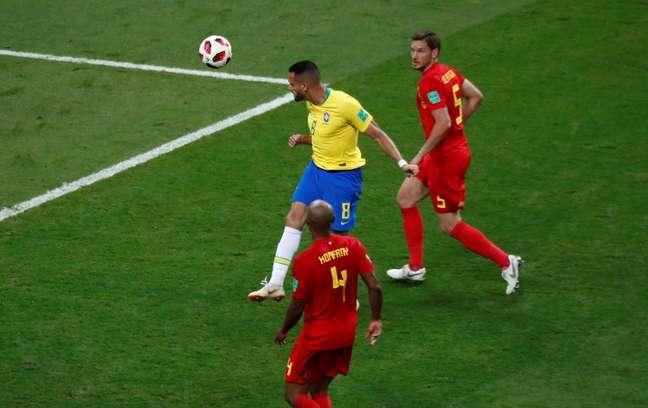 Renato Augusto cabeceia a bola e mete para o fundo do gol