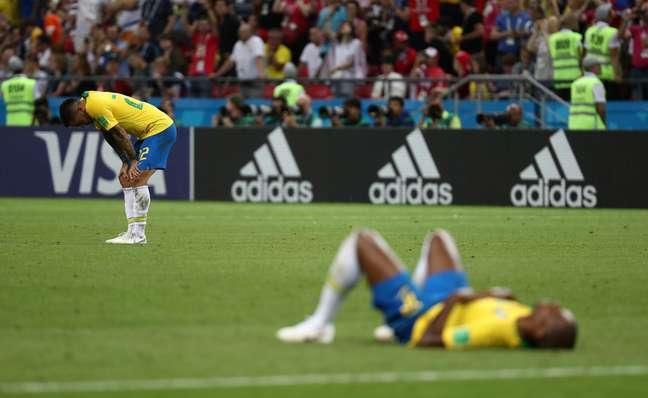 Jogadores brasileiros desabam no campo após a derrota para a Bélgica, que eliminou a Seleção da Copa do Mundo