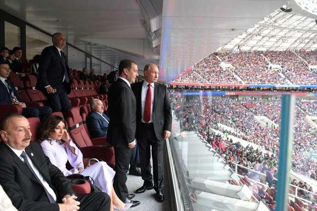 O presidente russo, Vladimir Putin, e o primeiro-ministro, Dmitry Medvedev, assistem à abertura da Copa