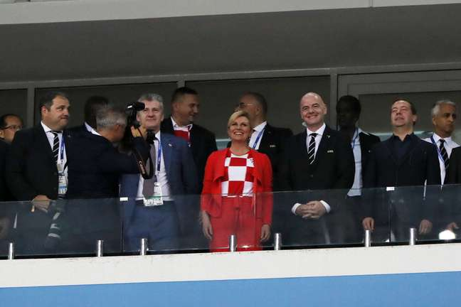 Presidente da Croácia Kolinda Grabar-Kitarovic (centro) e o presidente da Fifa Gianni Infantino antes da execução do protocolo