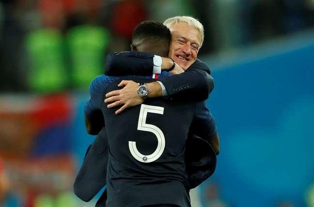 Umtiti e Deschamps se abraçam após França 1 x 0 Bélgica